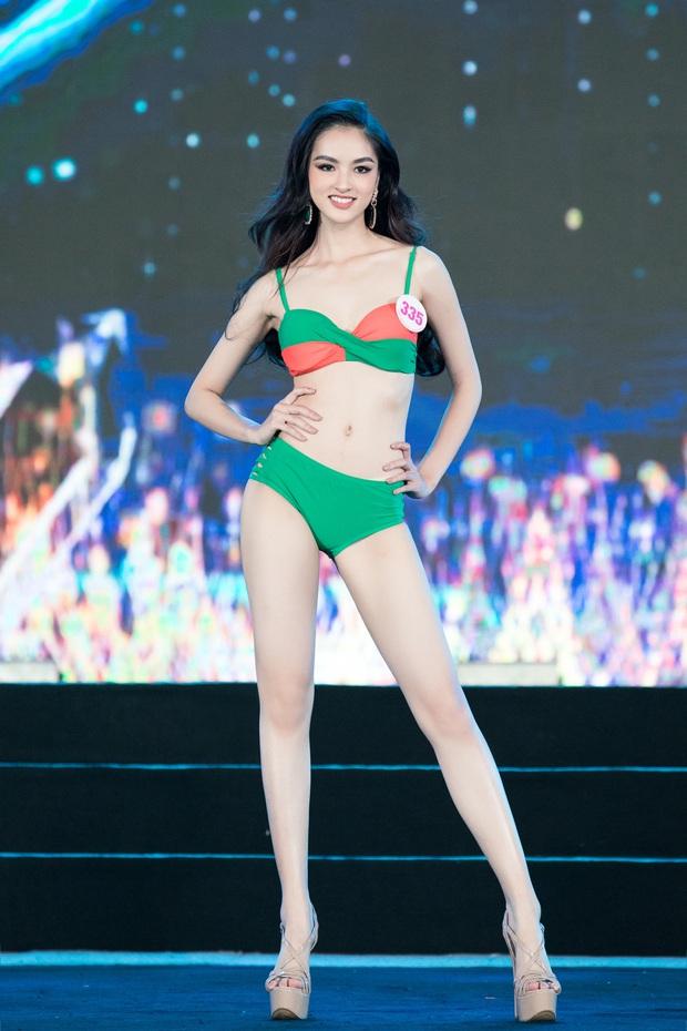 40 thí sinh HHVN đốt cháy phần thi bikini: Hội gây choáng với vòng 1 khủng, Hoa khôi Ngoại thương lộ khuyết điểm - Ảnh 4.