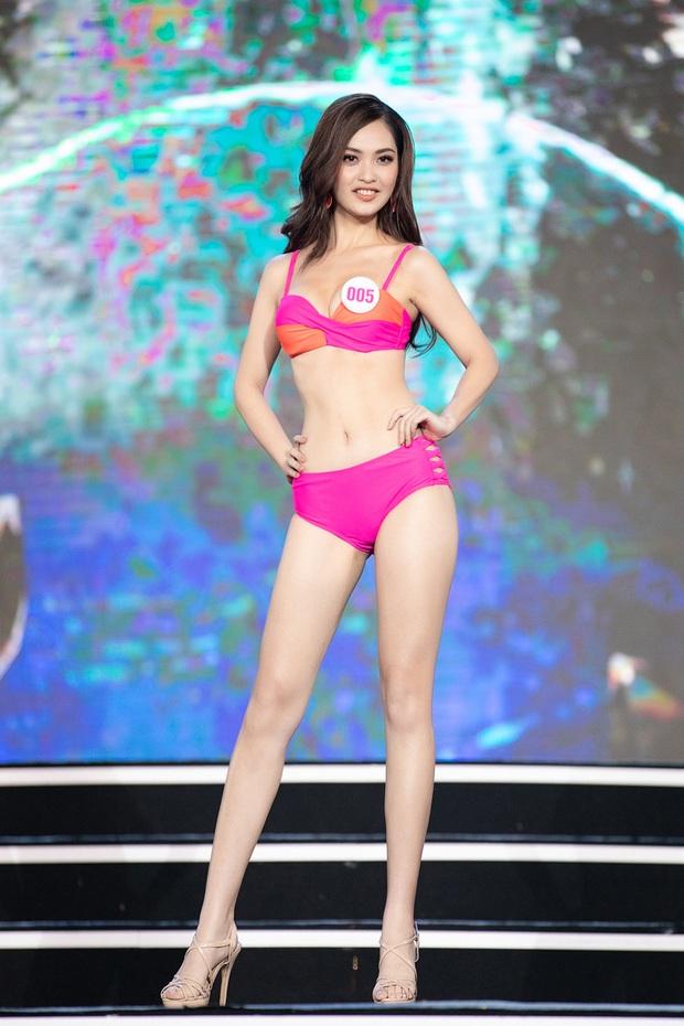 40 thí sinh HHVN đốt cháy phần thi bikini: Hội gây choáng với vòng 1 khủng, Hoa khôi Ngoại thương lộ khuyết điểm - Ảnh 3.