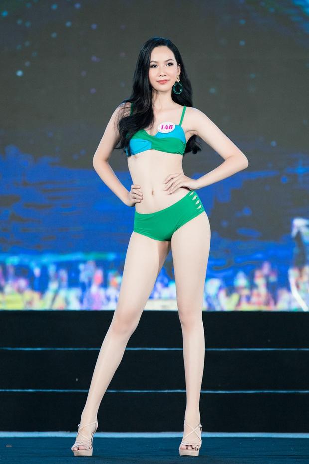 40 thí sinh HHVN đốt cháy phần thi bikini: Hội gây choáng với vòng 1 khủng, Hoa khôi Ngoại thương lộ khuyết điểm - Ảnh 9.