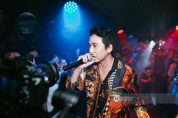 Khoảnh khắc: Karik đứng cùng khán giả chăm chú theo dõi học trò Yuno Bigboi diễn, còn cầm điện thoại quay lại đầy tự hào! - Ảnh 13.