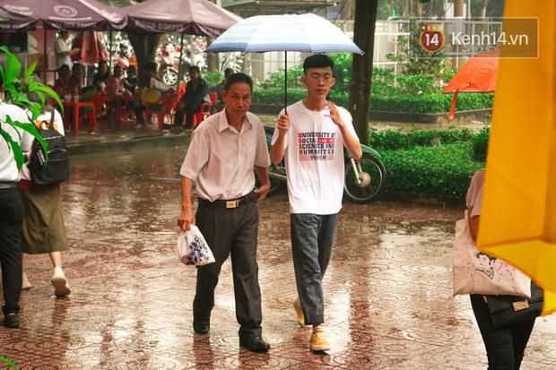 Tân sinh viên và cha mẹ đội mưa lớn vào thành phố nhập học: Cuộc sống xa nhà chính thức bắt đầu! - Ảnh 2.