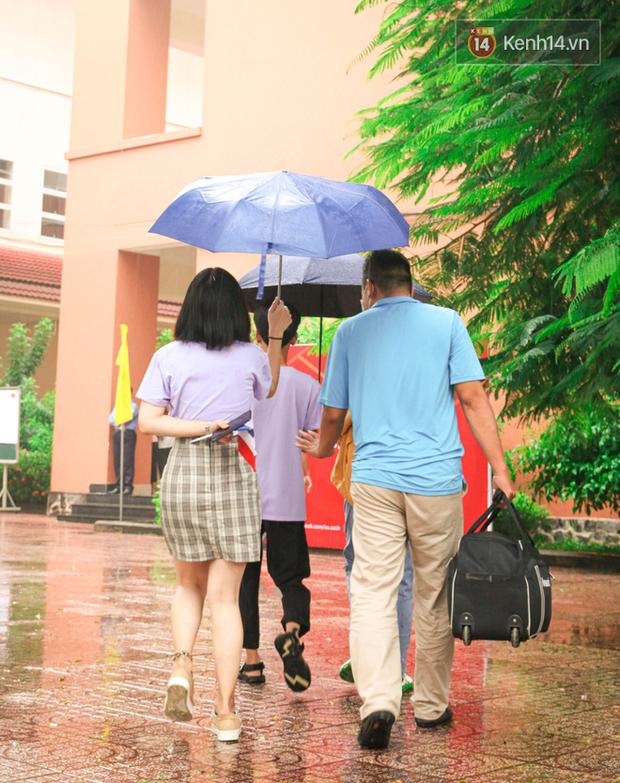 Tân sinh viên và cha mẹ đội mưa lớn vào thành phố nhập học: Cuộc sống xa nhà chính thức bắt đầu! - Ảnh 4.