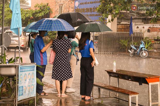 Tân sinh viên và cha mẹ đội mưa lớn vào thành phố nhập học: Cuộc sống xa nhà chính thức bắt đầu! - Ảnh 7.