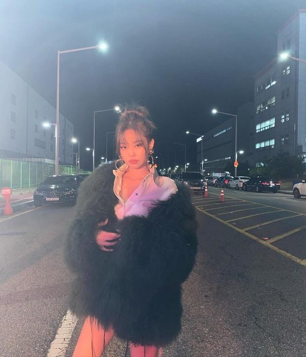 Jennie (BLACKPINK) tung ảnh hậu trường, khoe cận cảnh nhan sắc không tì vết khiến fan phát sốt: Đáng lẽ nên cắt mái từ lâu mới phải - Ảnh 5.