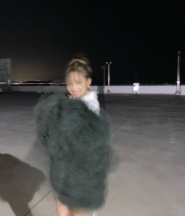 Jennie (BLACKPINK) tung ảnh hậu trường, khoe cận cảnh nhan sắc không tì vết khiến fan phát sốt: Đáng lẽ nên cắt mái từ lâu mới phải - Ảnh 7.