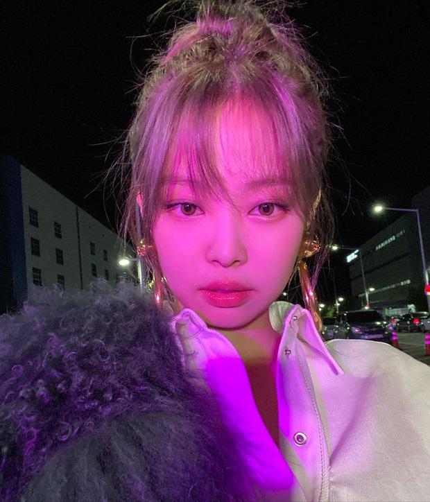 Jennie (BLACKPINK) tung ảnh hậu trường, khoe cận cảnh nhan sắc không tì vết khiến fan phát sốt: Đáng lẽ nên cắt mái từ lâu mới phải - Ảnh 2.