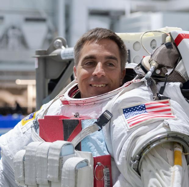 Phi hành gia NASA làm Vlog chốt hạ câu hỏi truyền kỳ: Giải quyết ngoài vũ trụ kiểu gì cho hợp lý - Ảnh 1.