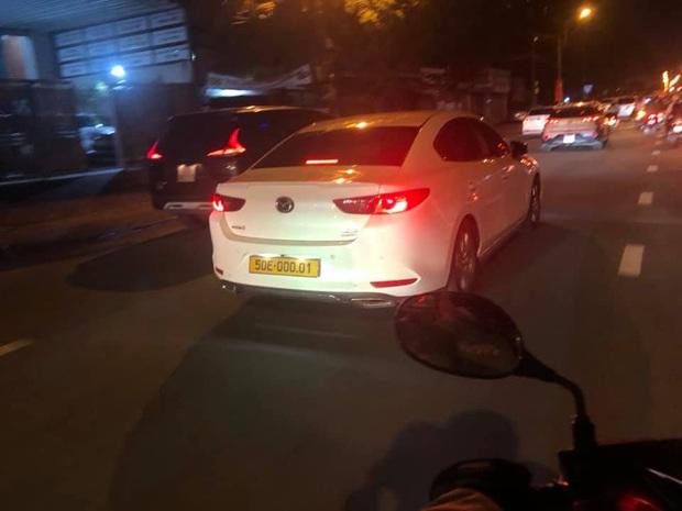 Đường phố Sài Gòn tràn ngập ô tô biển số vàng, chuyện gì đang xảy ra? - Ảnh 3.
