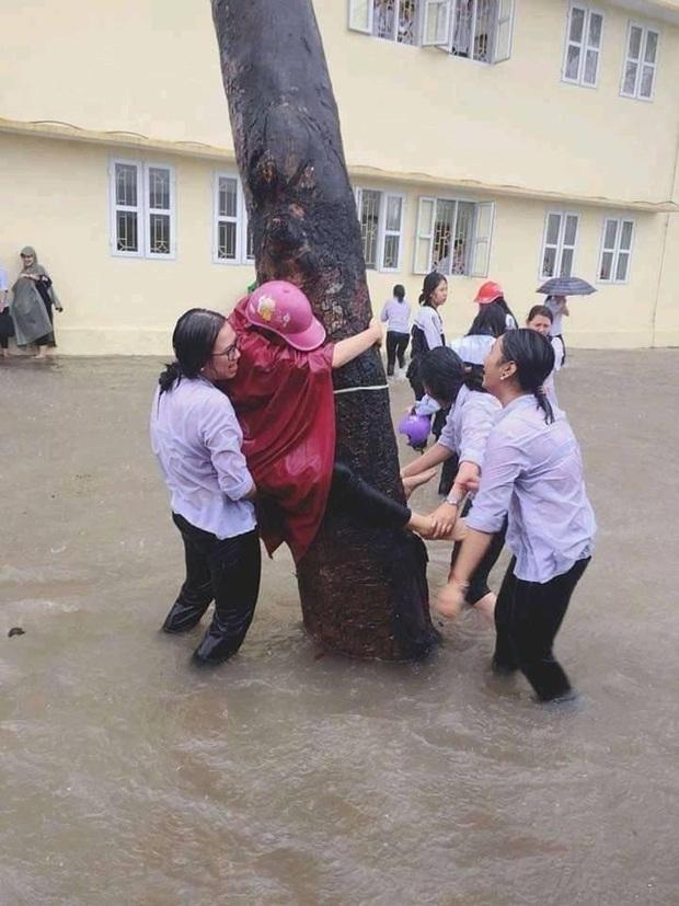 Mặc mưa ngập đến cả đầu gối, hàng chục học sinh vẫn vô tư chơi đùa dưới sân trường: Vui nhưng có an toàn? - Ảnh 4.
