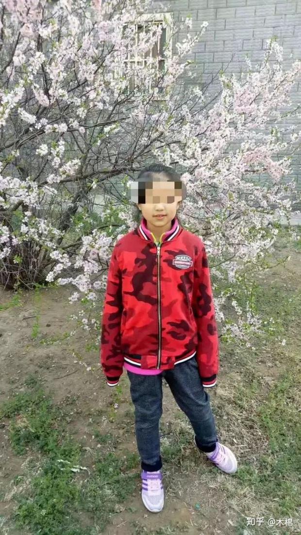 Vụ bé trai 13 tuổi sát hại bé gái 10 tuổi vì xâm hại bất thành: Bố mẹ hung thủ bất ngờ bị bắt giữ khiến dân mạng hả hê - Ảnh 1.