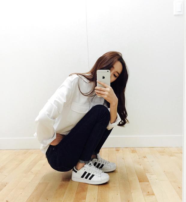 Nhìn Hương Giang lên đồ, chị em biết đôi sneakers trắng vi diệu đến thế nào - Ảnh 1.