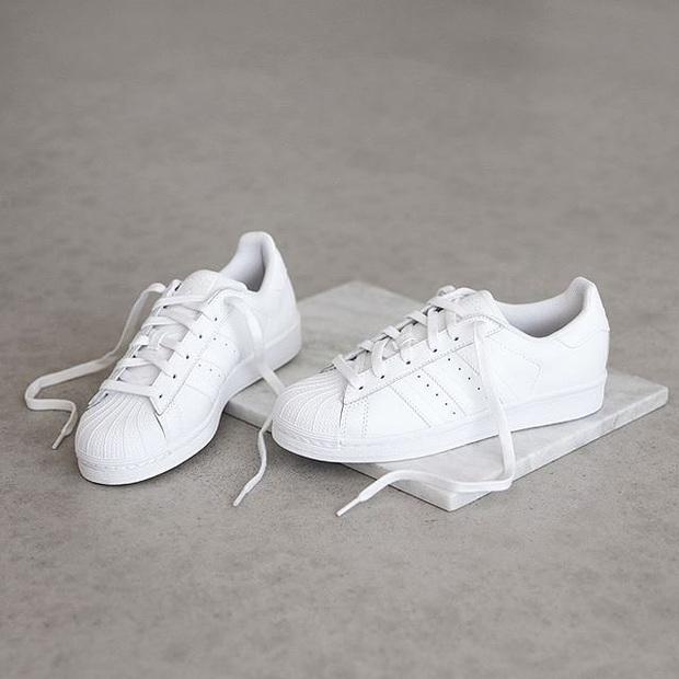 Nhìn Hương Giang lên đồ, chị em biết đôi sneakers trắng vi diệu đến thế nào - Ảnh 2.