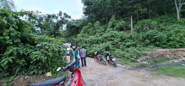 Phát hiện bộ xương người trong rừng keo, nghi là chủ nhân chiếc xe máy vô chủ 1 năm trước - Ảnh 1.