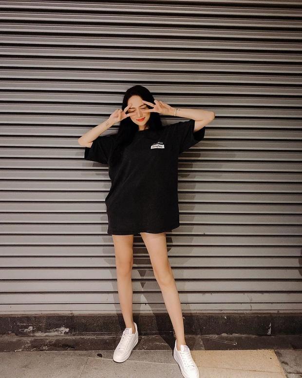 Nhìn Hương Giang lên đồ, chị em biết đôi sneakers trắng vi diệu đến thế nào - Ảnh 3.