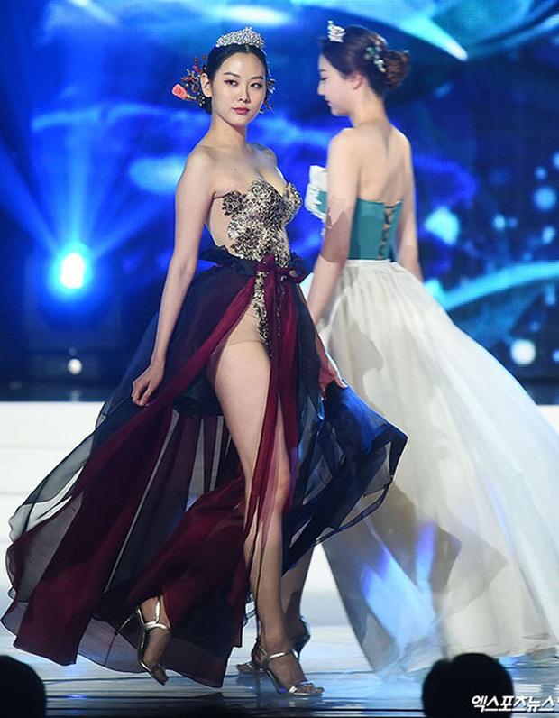 Trang phục dân tộc gây tranh cãi nhất lịch sử các cuộc thi: Sốc nhất là bầu ngực giả lộ thiên của Miss Universe Thailand 2020 - Ảnh 5.