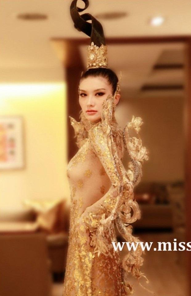 Trang phục dân tộc gây tranh cãi nhất lịch sử các cuộc thi: Sốc nhất là bầu ngực giả lộ thiên của Miss Universe Thailand 2020 - Ảnh 6.