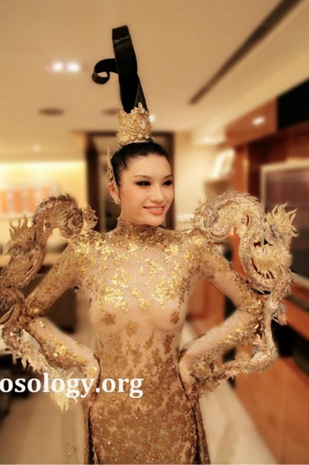 Trang phục dân tộc gây tranh cãi nhất lịch sử các cuộc thi: Sốc nhất là bầu ngực giả lộ thiên của Miss Universe Thailand 2020 - Ảnh 7.
