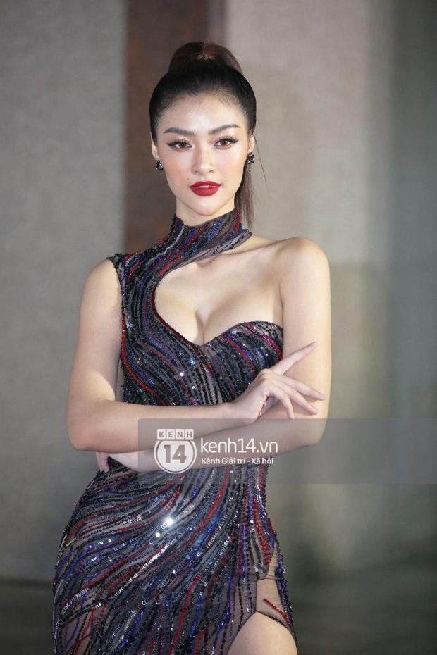 Thảm đỏ Bán kết Hoa hậu Việt Nam 2020: Tiểu Vy và Á hậu rapper bức tử vòng 1, Bình An - Phương Nga tình tứ bên dàn sao phủ hồng sự kiện - Ảnh 8.