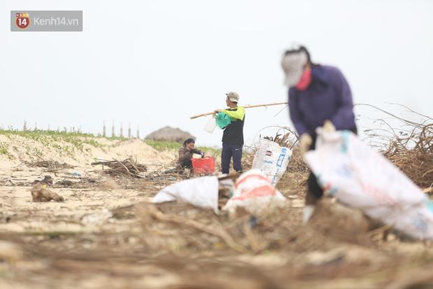 Ảnh: Người dân đổ ra biển nhặt củi trong cơn lũ lịch sử ở Quảng Bình - Ảnh 4.