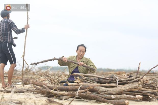 Ảnh: Người dân đổ ra biển nhặt củi trong cơn lũ lịch sử ở Quảng Bình - Ảnh 8.