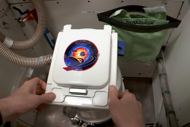 Phi hành gia NASA làm Vlog chốt hạ câu hỏi truyền kỳ: Giải quyết ngoài vũ trụ kiểu gì cho hợp lý - Ảnh 3.
