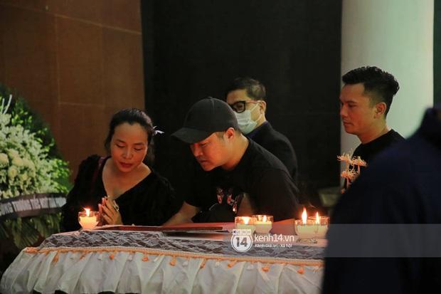 Tang lễ NSƯT Tuấn Phương: Minh Quân và dàn sao nghẹn ngào, bố ruột nén đau thương tiễn con trai về nơi an nghỉ cuối cùng - Ảnh 3.