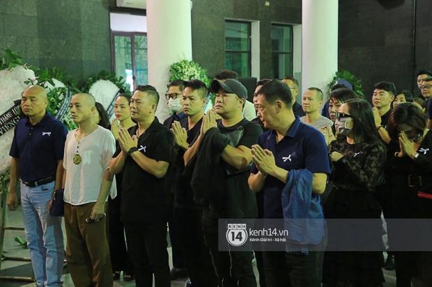 Tang lễ NSƯT Tuấn Phương: Minh Quân và dàn sao nghẹn ngào, bố ruột nén đau thương tiễn con trai về nơi an nghỉ cuối cùng - Ảnh 2.