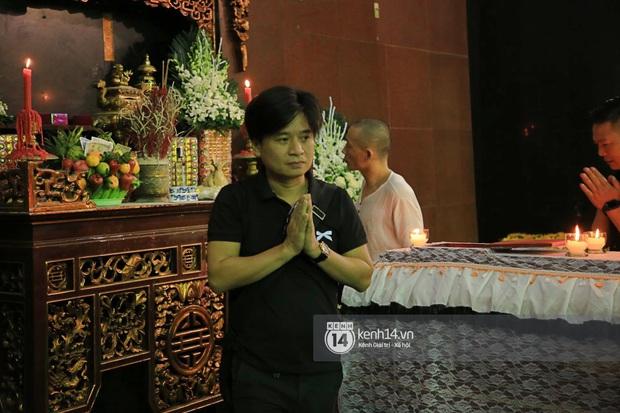 Tang lễ NSƯT Tuấn Phương: Minh Quân và dàn sao nghẹn ngào, bố ruột nén đau thương tiễn con trai về nơi an nghỉ cuối cùng - Ảnh 4.