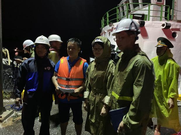 4 tàu cá ở Đà Nẵng bị sóng đánh chìm, 2 người mất tích - Ảnh 4.