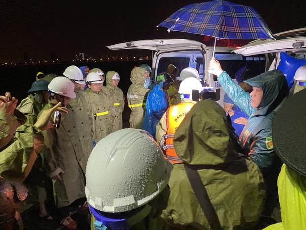 4 tàu cá ở Đà Nẵng bị sóng đánh chìm, 2 người mất tích - Ảnh 1.