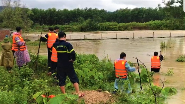 Hàng chục cán bộ chiến sĩ đội mưa tìm kiếm người dân bị nước lũ cuốn trôi ở Đà Nẵng - Ảnh 1.