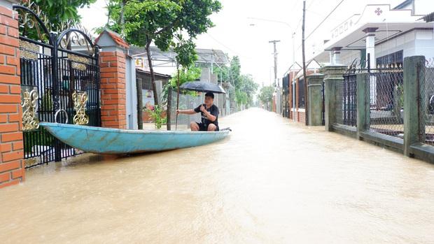 Khẩn: Lũ đang lên rất nhanh, có nơi ngập gần 2 mét, Quảng Nam yêu cầu sơ tán dân trước 17 giờ chiều nay - Ảnh 1.