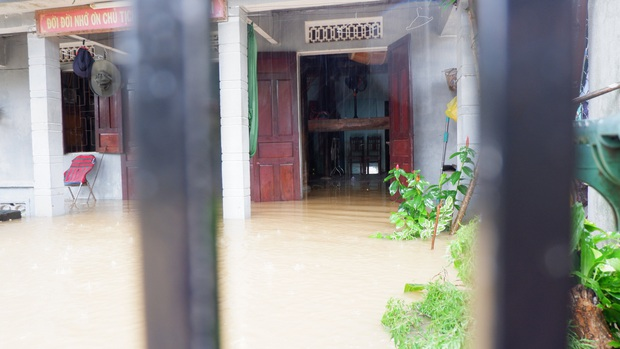 Khẩn: Lũ đang lên rất nhanh, có nơi ngập gần 2 mét, Quảng Nam yêu cầu sơ tán dân trước 17 giờ chiều nay - Ảnh 2.
