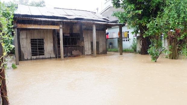 Khẩn: Lũ đang lên rất nhanh, có nơi ngập gần 2 mét, Quảng Nam yêu cầu sơ tán dân trước 17 giờ chiều nay - Ảnh 4.
