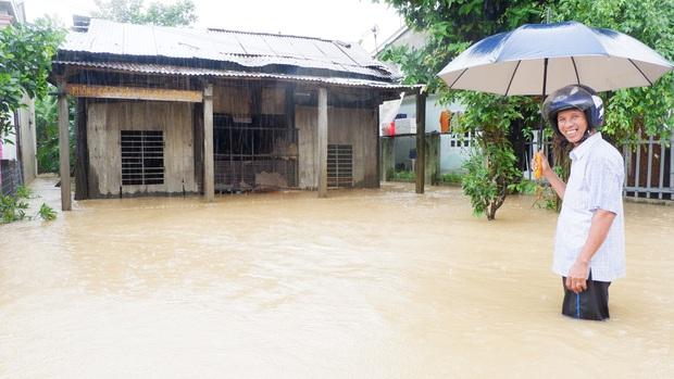 Khẩn: Lũ đang lên rất nhanh, có nơi ngập gần 2 mét, Quảng Nam yêu cầu sơ tán dân trước 17 giờ chiều nay - Ảnh 8.