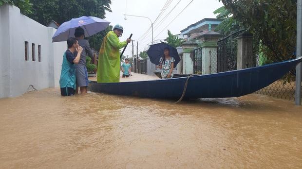 Khẩn: Lũ đang lên rất nhanh, có nơi ngập gần 2 mét, Quảng Nam yêu cầu sơ tán dân trước 17 giờ chiều nay - Ảnh 10.