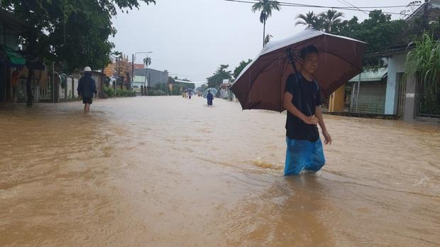 Khẩn: Lũ đang lên rất nhanh, có nơi ngập gần 2 mét, Quảng Nam yêu cầu sơ tán dân trước 17 giờ chiều nay - Ảnh 9.