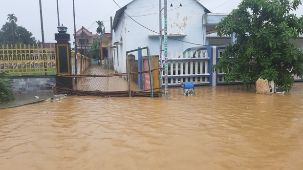 Khẩn: Lũ đang lên rất nhanh, có nơi ngập gần 2 mét, Quảng Nam yêu cầu sơ tán dân trước 17 giờ chiều nay - Ảnh 6.