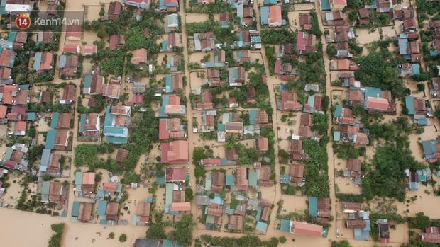 Chùm ảnh, video flycam: Cận cảnh lũ lịch sử nhấn chìm đường sá, ngập hàng ngàn ngôi nhà ở Quảng Bình - Ảnh 7.