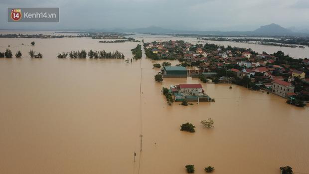 Chùm ảnh, video flycam: Cận cảnh lũ lịch sử nhấn chìm đường sá, ngập hàng ngàn ngôi nhà ở Quảng Bình - Ảnh 4.