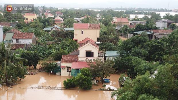 Chùm ảnh, video flycam: Cận cảnh lũ lịch sử nhấn chìm đường sá, ngập hàng ngàn ngôi nhà ở Quảng Bình - Ảnh 8.