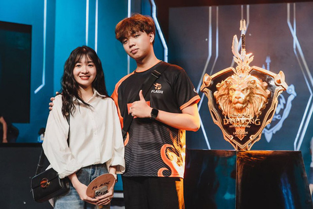 Đăng ảnh khóa môi ngọt ngào, cặp đôi ADC - Kim Chung Phan lại khiến cộng đồng game ganh tị - Ảnh 2.