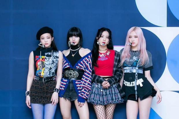 Stylist của BLACKPINK lại cố tình chọc fan chiến nhau: Cả nhóm đi diễn đều mặc lại đồ cũ, riêng Jennie được diện outfit mới toanh? - Ảnh 5.
