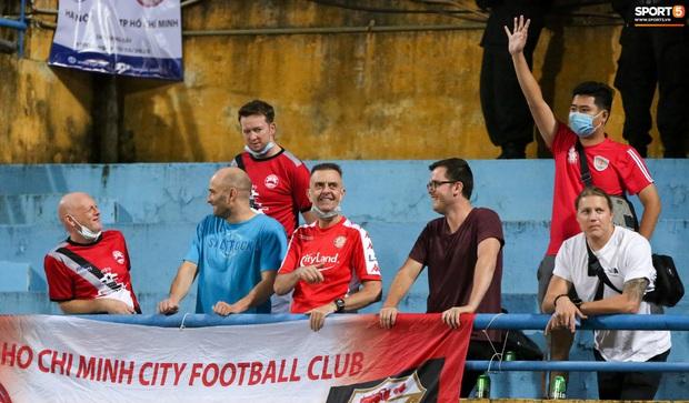 3 anh Tây là fan Hà Nội FC ăn mừng cà khịa CĐV đội Công Phượng theo cách cực gợi đòn - Ảnh 4.