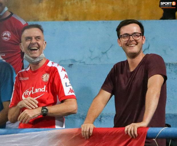 3 anh Tây là fan Hà Nội FC ăn mừng cà khịa CĐV đội Công Phượng theo cách cực gợi đòn - Ảnh 3.