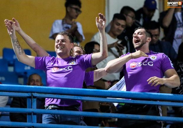 3 anh Tây là fan Hà Nội FC ăn mừng cà khịa CĐV đội Công Phượng theo cách cực gợi đòn - Ảnh 2.