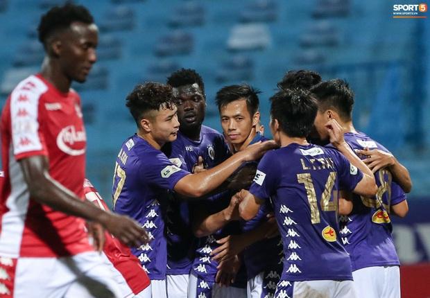 3 anh Tây là fan Hà Nội FC ăn mừng cà khịa CĐV đội Công Phượng theo cách cực gợi đòn - Ảnh 1.
