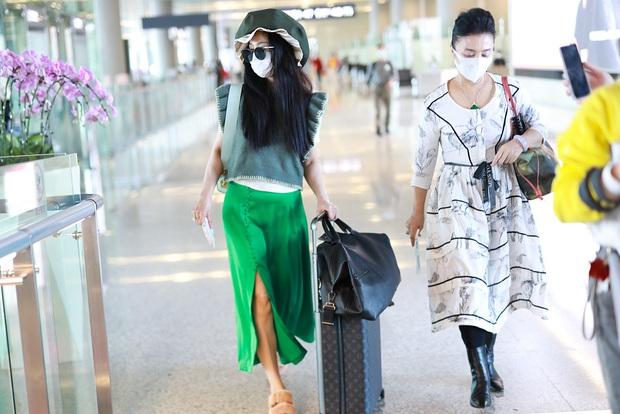Phạm Băng Băng tiếp tục chơi nổi tại sân bay: Diện mũ to tổ chảng, trang phục khiến ai cũng phải thắc mắc - Ảnh 4.