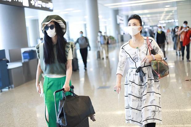 Phạm Băng Băng tiếp tục chơi nổi tại sân bay: Diện mũ to tổ chảng, trang phục khiến ai cũng phải thắc mắc - Ảnh 7.