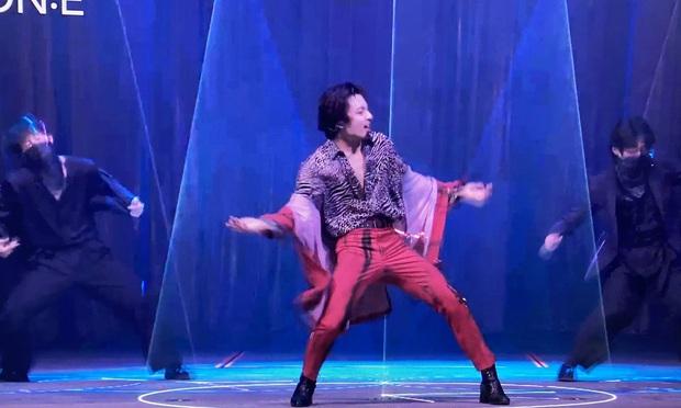 Vừa diễn ngầu là thế, Jungkook bỗng bung lụa sang làm cameraman ngay trên sân khấu khiến fan cười lăn cười bò - Ảnh 1.